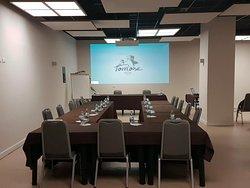 Sala meeting allestita per un incontro di lavoro