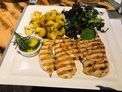 Petto di pollo alla griglia con patate e insalata € 10,00