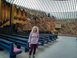 Το εσωτερικό της εκκλησίας και το εκκλησιαστικό όργανο.