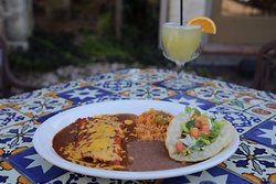 El Tradicional 2 cheese enchiladas and 1 crispy beef taco. Served with Spanish rice and beans.