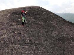 ⚡️⚡️⚡️Núi Đá Voi Mẹ Nằm trên địa bàn xã Yang Tao (huyện Lắk), cách trung tâm TP. Buôn Ma Thuột khoảng 40 km theo Quốc lộ 27, đá Voi Yang Tao gồm một cặp đá Voi Cha và đá Voi Mẹ hiện lên sừng sững giữa núi rừng, mang trong mình những truyền thuyết ly kỳ, bí ẩn.  📍 Đá Voi Mẹ có chiều dài khoảng 200m, chu vi dưới chân đá khoảng 500m, cao khoảng hơn 30m và nặng hàng vạn tấn. Đây chính là tảng đá nguyên khối lớn nhất Việt Nam.  📍 Từ mặt đất, chỉ mất khoảng 15 phút để lên đến đỉnh cao nhất của tảng