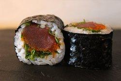 California roll de tonyina amb ruca  California roll de atún y rúcula