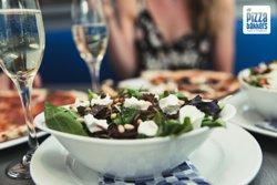 Salade geitenkaas; groene salade, rode balsamico-ui, geitenkaas, pijnboompitten