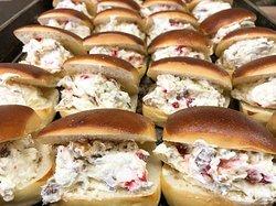 ミルクパンのパヴェにラムレーズンとフランボワーズを贅沢に挟んだデザートサンドです。
