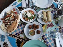 Jerusalem Platte, Sakuska, Falafel (mit dem leckersten Dip überhaupt!) und Feta Zigarren