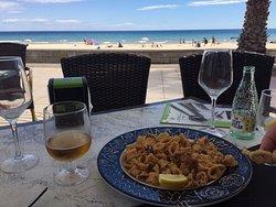 Excelente fideua y trato de los camareros. Está justo delante de la playa. Precio calidad / precio muy adecuado.