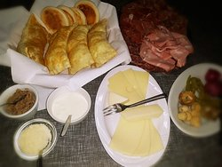 Specialità: crescentine e tigelle, accompagnate da affettati misti, formaggi misti, sottaceti e sottoli, scquerone e pesto