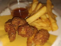 Serata a tema americano: buffalo wings e patatine fry'n'dip accompagnata da salsa piccante Buffalo