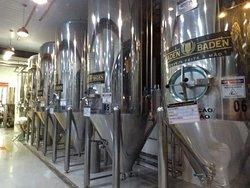 Área interna com os tanques de fermentação.