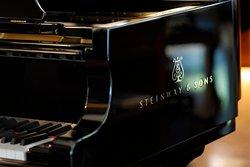 1階 レストラン ル・ボワ 。世界最高峰のグランドピアノとも称されるスタインウェイD-274。