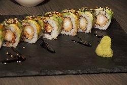 Maki de llagostí arrebossat i cobert d'alvocat i salsa taré  Maki de langostino rebozado, recubierto de aguacate y salsa taré