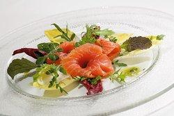Salmone marinato in casa con punte d'insalata