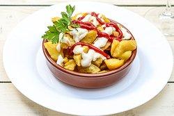 """Patatas bravas    250 g/ 15 RON  In traducere liberă din limba lui Cervantes - """"Cartofi agresivi"""". Cartofi fierți și apoi prăjiți, acoperiți cu """"Salsa Alioli"""" (sos de usturoi) și """"Salsa Brava"""" (sos de roșii picant)"""