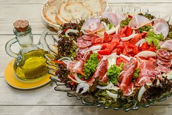 """Salată catalana                                            300 g/20 RON               Roșii+ ceapă+ ardei+ salată verde+ măsline = 200g, șuncă crud-uscată """"jamon serrano"""" 85g și ulei de măsline extra virgin """"Casa Vega""""+ condimente= 15g."""