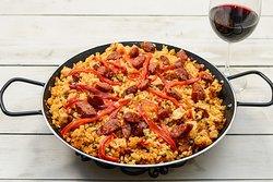 Paella Riojana 350g / 28 Lei  Orez gătit cu supă de pui, chorizo (cârnați cu boia afumată), piept de pui, ardei copt, ceapă, usturoi, șofran.
