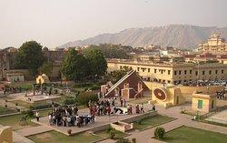 Джантар Мантар – это одна из пяти обсерваторий Индии построенных Савай Джай Сингхом –это одна из самых больших обсерваторий в мире. Хава Махал (Дворец ветров), который является одной из главных достопримечательностей Джайпура. Хава Махал Дворец Ветров был построен поэтом Кинг Савай Пратар Сингхом. Он  построен таким образом, чтобы леди королевской семьи могли наблюдать красочные базары и процессии, но при этом быт незамеченными снаружи.