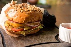 Бургер с сочной мраморной говяжьей котлетой Burger with juicy marble beef Patty