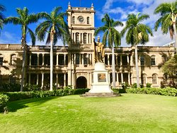 The Kamehameha Statue in Downtown Honolulu is a great addition to any of Your Private Tours of Oahu.