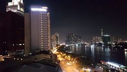 Отель Мажестик с баром на крыше и видом на реку. День и вечер.