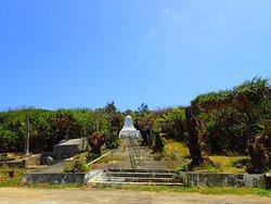 忠霊塔遠景。右に行くと、西港があります。左に行くと別の慰霊碑があります。