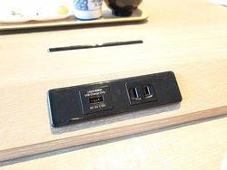 用餐桌有充電位置