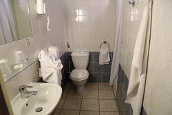 Brusekabine til højre for toilettet