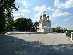 Церковь Спаса на Яру и памятник Есенину на набережной