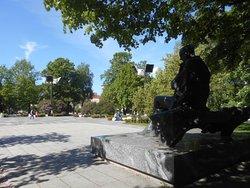 Monument och park.