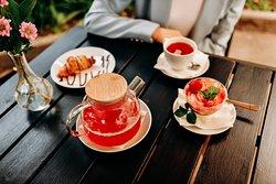 Свежая выпечка, фруктовые чаи.