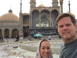 Fundos da mesquita principal com uma enorme mogarna prateada