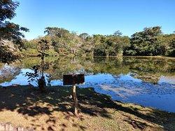 Fotos da Estância Mimosa, na cidade de Bonito, lugar de extrema beleza: lago em frete a sede da fazenda.