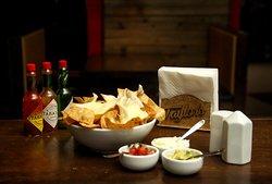 Nachos Chesse com seus acompanhamentos: salsa mexicana, sour cream e guacamole! :P