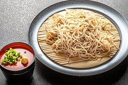 茨城県の地そば 常陸秋蕎麦です。 香りとのど越しがよく、 蕎麦通の方にも納得してもらえております。