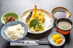 天ぷら定食になります。 揚げたてアツアツのサクサク天ぷらです。 旬の魚と野菜で提供しております。 一例ですが、海老の天ぷら 平目の天ぷら ナスの天ぷら 大葉の天ぷら カマスの天ぷらなどその時その時で 旬の魚を揚げて提供してます。