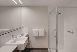 travelodge hotel docklands melbourne guest room bathroom