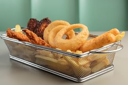 un mix di fritti per tutti i gusti! Guacamole bites, alette di pollo, anelli di cipolla, chicken fillet e chi più ne ha più ne metta!