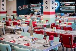 un sala ricca di dettagli, colore, richiami agli anni 50. il giusto tuffo nel passato!