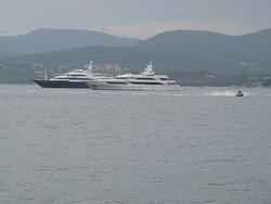 Vue du port de St Tropez avec un magnifique bateau