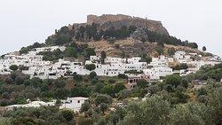 zoom sur la ville et l'acropole de Lindos