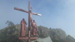 Cruz do Calvário sob neblina