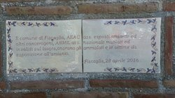 Particolare del cippo commemorativo accanto alla struttura