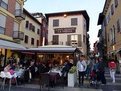 Viele kleine Geschäfte, Bars und Restaurants