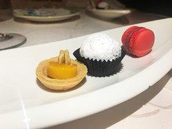 piccola pasticceria: tartelletta, latte in piedi, lime e mandorle; tartufo al calvados; macaron ganache ai lamponi
