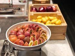 西瓜、蜜瓜、菠蘿就必有,另外還有紅肉西柚、新鮮熱情果、原個豬腰芒和蘋果