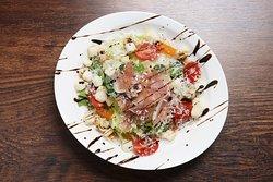 프로슈토 유자 샐러드 8,000 루꼴라와 비타민 베이스의 유자오일소스를 곁들인 뒤 프로슈토를 올려 만든 샐러드