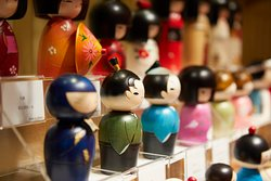 There are many shops selling high-quality Japan-made souvenirs.
