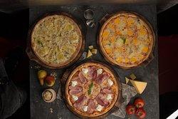 Пицца 4 сыра Пицца с беконом и маскарпоне  Пицца с грушей и горгонзоллой
