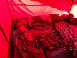 Tiendas para 6 personas. Mantas suficientes para protegerse del frío.