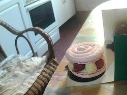 -couvercle en meringue à la rose, tendre et fondante -cœur composé de framboises, de litchi et de crème à la rose -peu sucré et d'une subtil légèreté  -Associassions ingénieuse des saveurs!!!, A Essayer !!!!