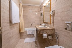 "Ванная комната в номере категории ""Бизнес"""
